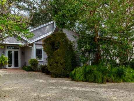 Tropical hideaway ideally located in Old Riomar